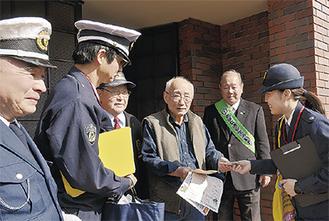 警察官から説明を受ける住民