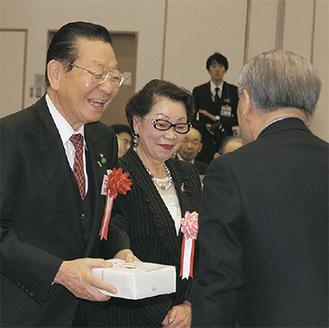 記念品を贈られた松澤会長夫妻