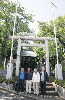 平野会長(右)ほか氏子会役員