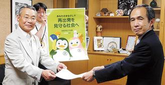 徳江会長(左)と小出区長