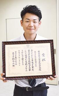総合文化祭の賞状を持つ上山さん