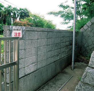谷本小学校のブロック塀には注意喚起を表示