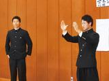 指導する酒井主将(左)と黒田団長=提供