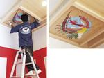 格天井の四隅には青龍、朱雀、白虎、玄武の四神が日本画で描かれ、建物を守る。竣功式では、その天井裏に奉賛者名簿が納められた