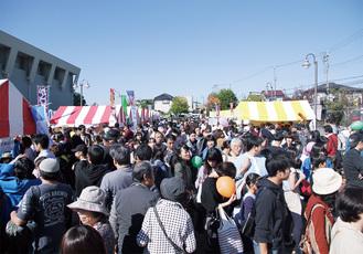 昨年は約5万6000人が訪れた秋の一大イベント。ステージ発表のほか、90以上のブースが並ぶ