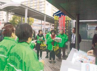青葉台駅前に集まる指導員ら