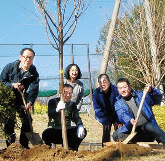 苗木を植えるメンバー