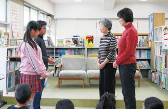 本を寄贈する児童たち