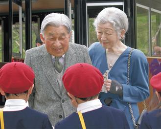 もみじ保育園の園児に声をかける両陛下