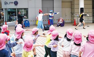 ダンスで交通安全を学ぶ園児ら