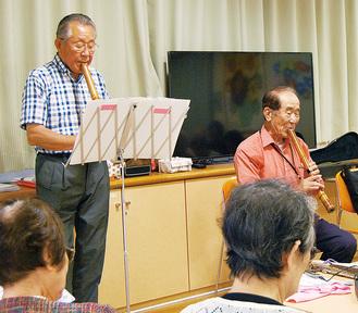 尺八を演奏する高橋会長(右)と齋藤さん