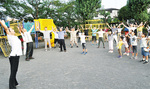 藤元さん(写真左)の指導で、小学生も一緒に体操を楽しんだ