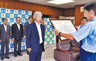 表彰を受ける平田会長(写真中央)