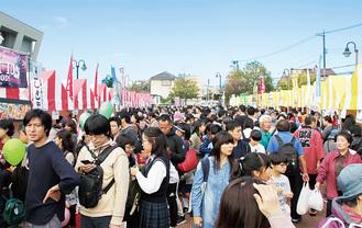 昨年は5万6000人が訪れた秋の一大イベント。ステージ発表のほか90以上のブースが並ぶ