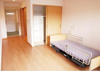 電動式介護ベッドや床暖房、ナースコールなどを備え、快適で安心な暮らしに配慮