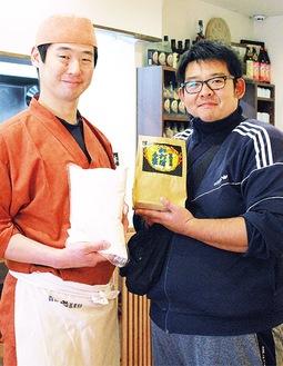 小麦を受け取る吉成さん(左)と長谷川さん