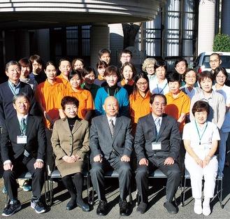田中理事長(中央)とスタッフたち