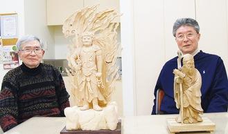 作品の前に座る水落さん(左)と平林さん