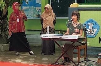 インドネシアで演奏を披露する木村さん(提供)