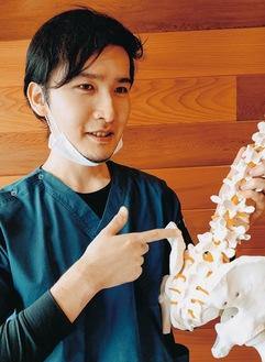 「痛みをほぼ感じない施術で、整体のボキボキ音が苦手な人も安心して受けられます」と宮坂院長