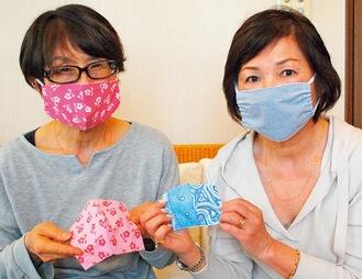 手作りマスクを身につけた小林さんと八野さん(左)