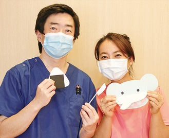 歯磨きキットを手に持つ横山院長(左)と智美さん