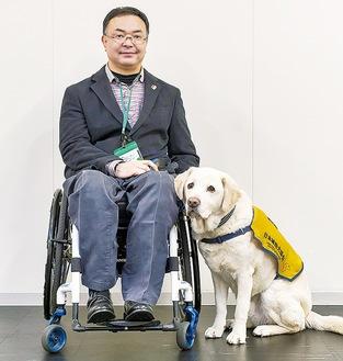 協力を呼び掛ける安杖さんと介助犬のダンテ(同協会提供)