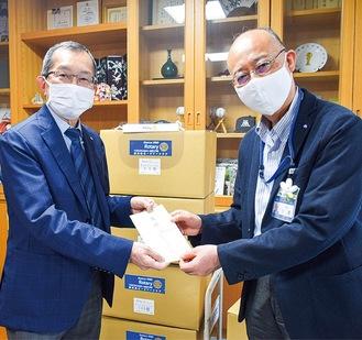 小澤区長(右)に目録を手渡す舟橋会長