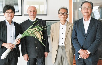 表彰式に臨んだ鈴木代表(右)らメンバーとオーストリア大使館の商務参事官(左から2番目)