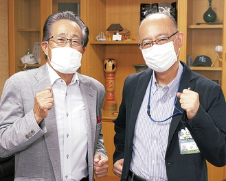 参加を呼び掛ける菊池会長(左)と小澤区長