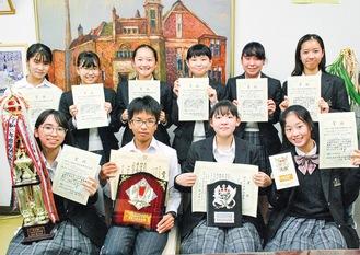 県知事賞受賞の伊藤さん=下段左から2番目=と各賞受賞の生徒たち
