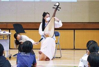 琵琶を演奏するコさん