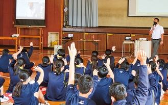 画面越しに質問する片山弁護士と、生徒たち