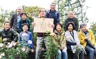 増田さん(中央)と愛護会の人たち