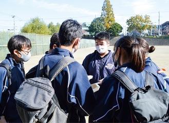 赤田西公園でクイズに参加する生徒たち
