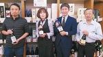 人気の獺祭は全種類揃う。11月には蔵元、旭酒造の桜井一宏社長(右から2番目)が同店に
