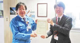 覚書に調印した大友局長(右)と土木事務所の上田所長=提供