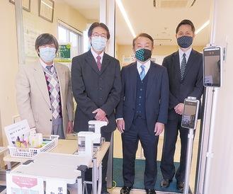 写真中央右が松本会長、中央左が山本会長=提供