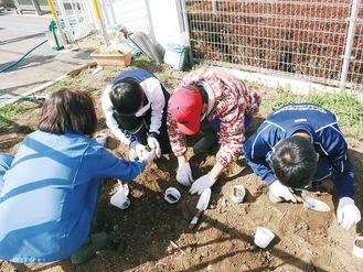 そっと花を植える生徒たち