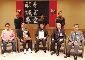 優勝を報告する武田代表(左から2番目)と山田暢久監督(中央)
