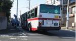 交差点にかかって停車するバス(新石川三丁目バス停・たまプラーザ方面)
