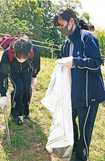 新石川公園でごみ拾いをする生徒たち