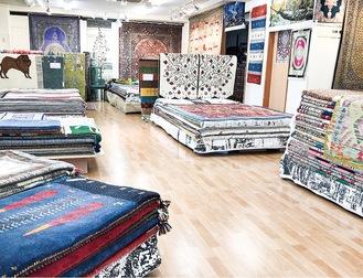 広い店内でゆったり絨毯選び