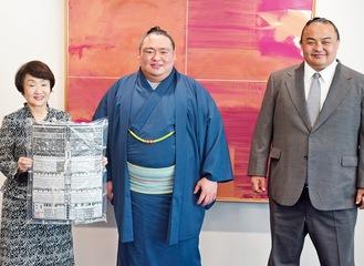 荒篤山関(中央)と林市長(左)、荒汐親方(右)