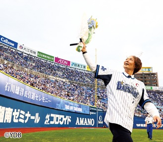 グラウンドを回り、ファンに手を振る石川選手