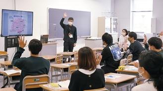 認知症サポーター講座を受ける学生ら