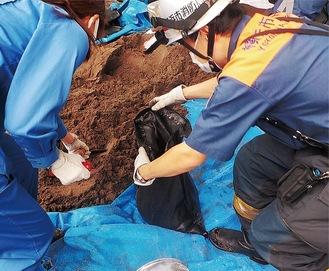 水害を防ぐ土のうを作成