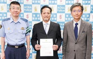 左から櫻庭署長と箕輪院長、区歯科医師会の鳥居浩一郎会長