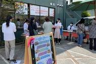 校舎前で手作り菓子販売