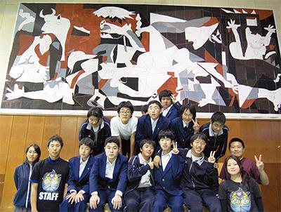 生徒力作の巨大壁画